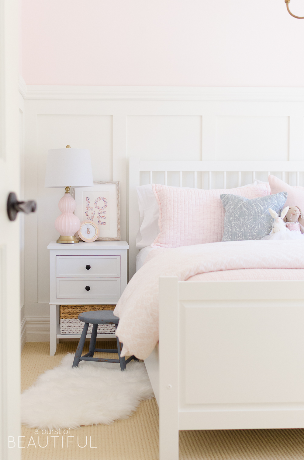 Attirant Once We Had All Of The Big Decisions Made It Was Time To Move Onto The  Little Details. First, We Settled On Bedding. I Love The Look Of A Simple  Quilt Or ...